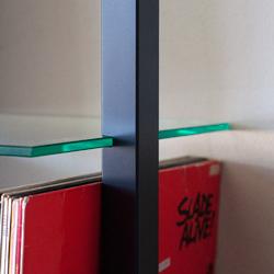 Kleines QUADRA Wandregal aus Holz in schwarz mit 3 Glasböden